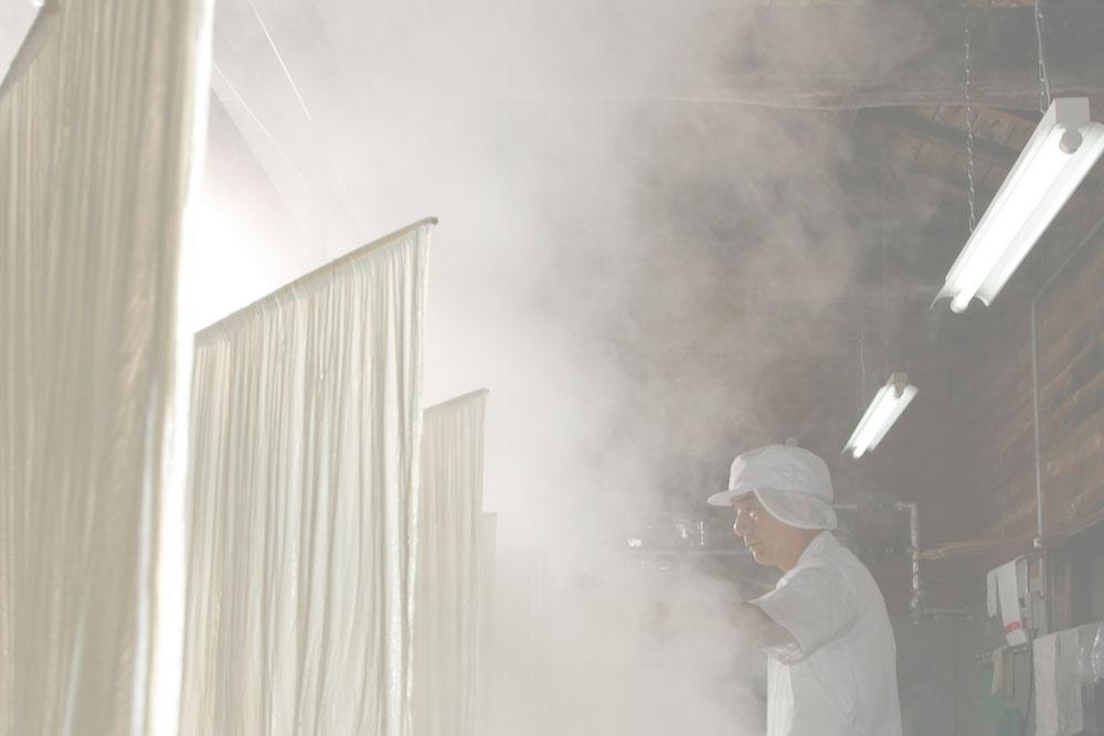 湯気が立ち込める工場内。上げられたゆばが並べられている