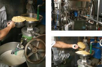 3.大豆をすりつぶし、おからと豆乳に分ける